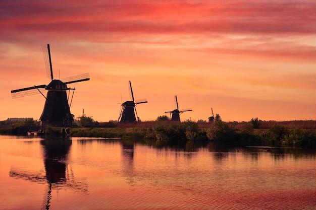 Windmolens bij kinderdijk in holland. nederland