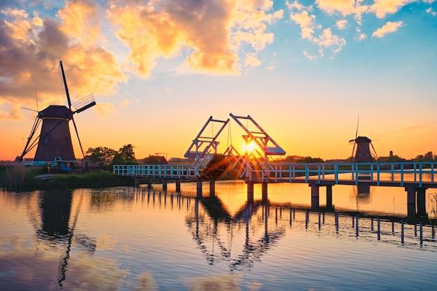 Windmolens bij kinderdijk in holland nederland