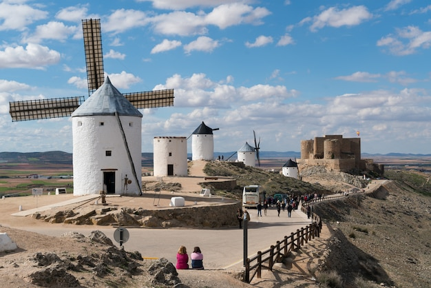 Windmolens met kasteel, consuegra, castilla-la mancha, spanje