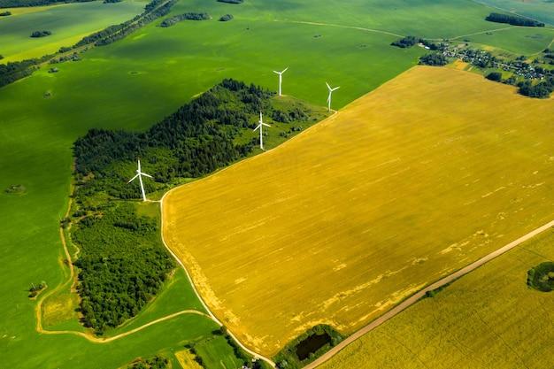 Windmolens op de bossen en velden