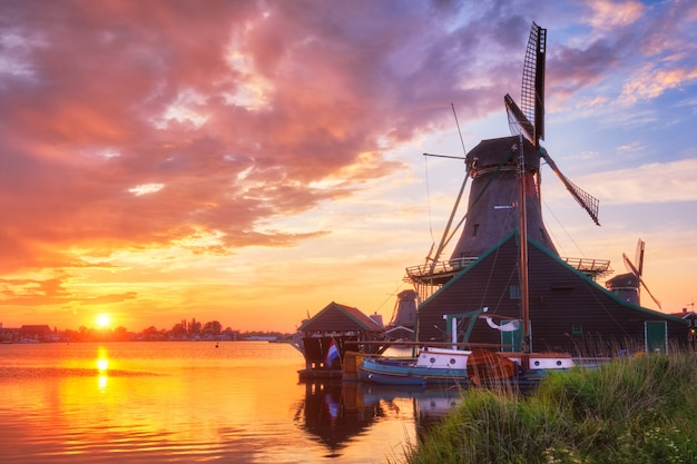 Windmolens op de zaanse schans in holland op zonsondergang. zaandam, nether