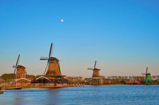 Windmolens op zaanse schans in holland in schemering op zonsondergang. nederland