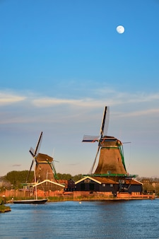 Windmolens op zaanse schans in holland in schemering op zonsondergang. zaa