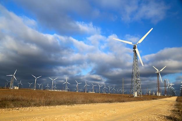 Windmolens tijdens heldere zomerdag