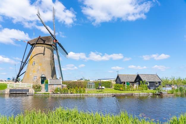 Windmolens van kinderdijk-dorp in molenlanden dichtbij rotterdam in nederland