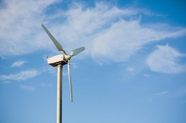 Windmolens voor stroomproductie tegen bewolkte hemel met copyspace