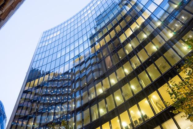 Windows van skyscraper business office, corporate gebouw in london city, engeland, verenigd koninkrijk