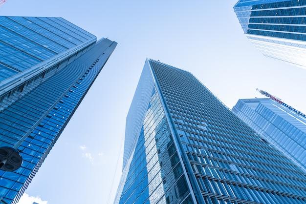 Windows van skyscraper business office met blauwe hemel