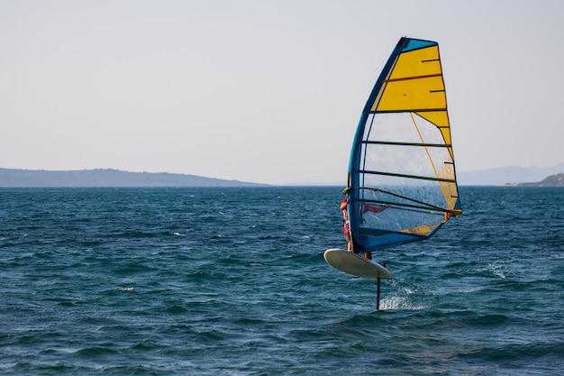 Windsurfen, extreme sporten. watersport. atleet in competitie. zeegezicht met atleet. hoge kwaliteit foto