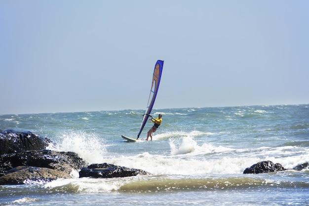 Windsurfen op het zeeoppervlak noord-goa india