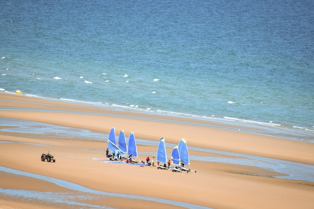Windsurfles op het strand.