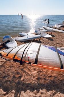 Windsurfplanken op het zand op het strand. windsurfen en actieve levensstijl.