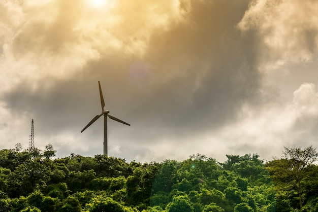 Windturbine en antenne op de hemelachtergrond bergwolk.