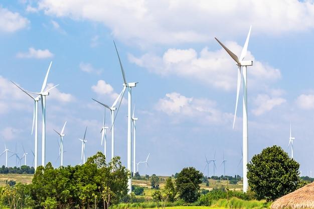 Windturbine-generatoren liggen langs de heuveltoppen