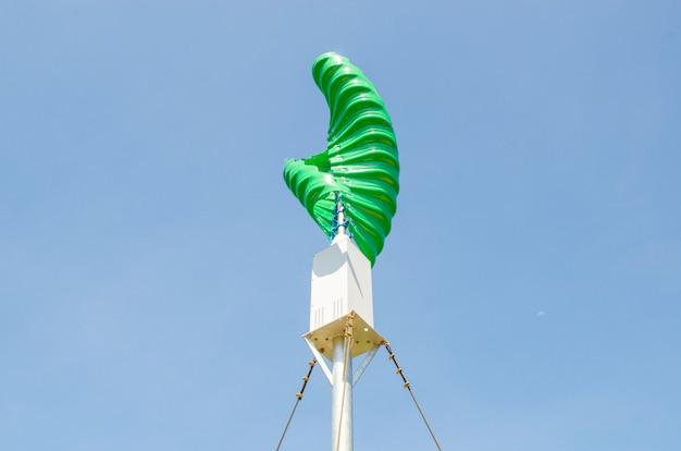 Windturbine in de verticale spiraalvorm tegen blauwe hemelachtergrond