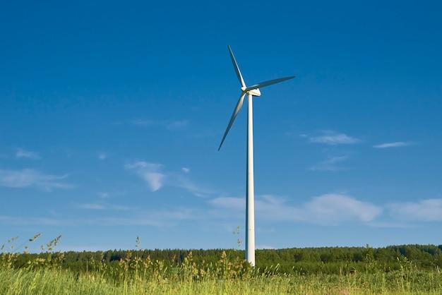 Windturbine in het veld om hernieuwbare energie te produceren