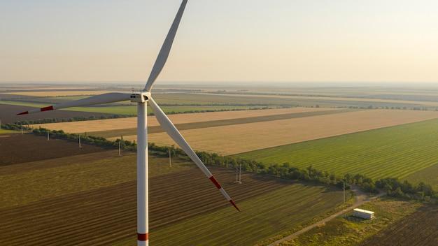 Windturbine op een groen veld