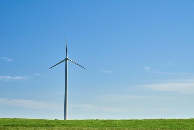 Windturbine op een veld met groen gras