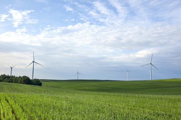 Windturbine op het groene gras. bescherming van de natuur. windturbine - hernieuwbare energiebron.