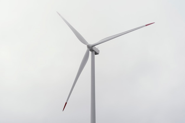 Windturbine tegen bewolkte hemel