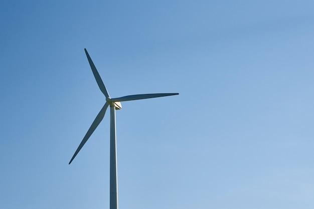 Windturbine tegen blauwe hemel. windenergie energieconcept. hernieuwbare energie voor klimaatbescherming