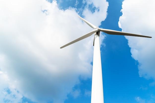 Windturbine tegen een bewolkte blauwe hemel