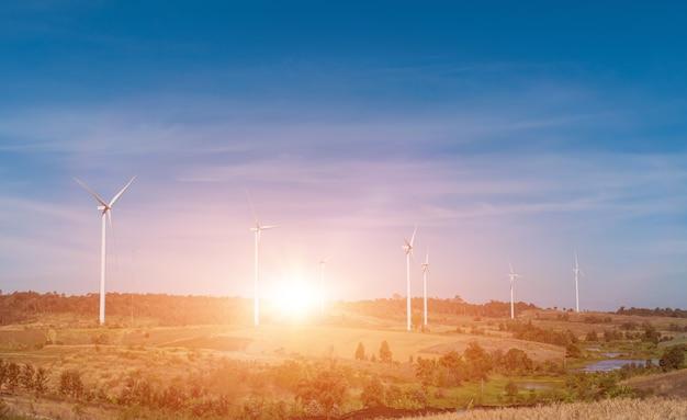 Windturbine veld met blauwe hemelachtergrond bij zonsondergang.
