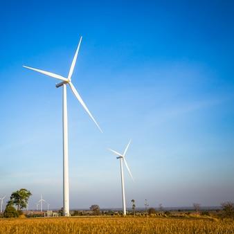 Windturbinegenerator op blauwe hemel