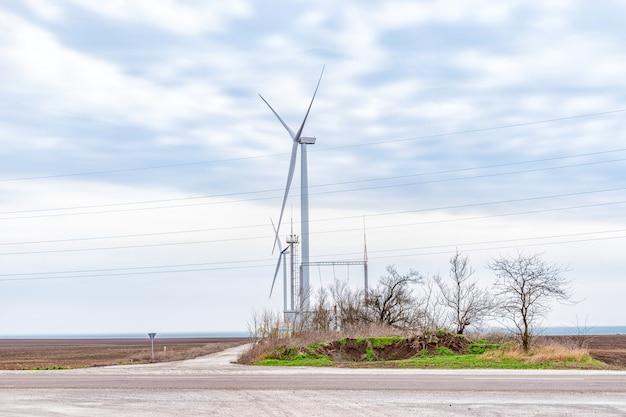 Windturbines die elektriciteit in een veld opwekken