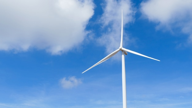 Windturbines die elektriciteit met blauwe hemel produceren