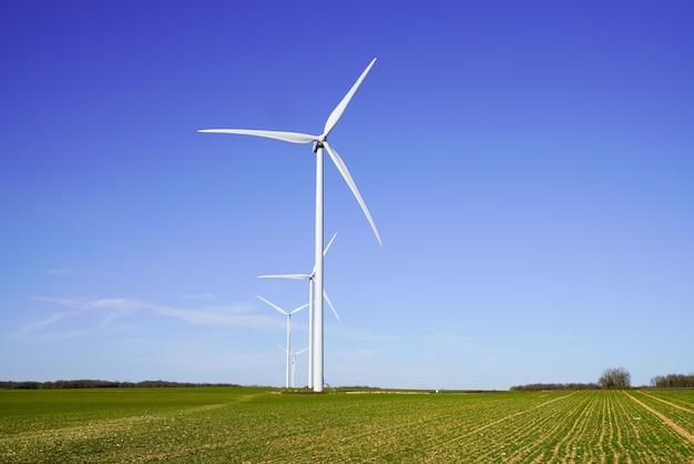 Windturbines en landbouwgebieden op een zomerdag