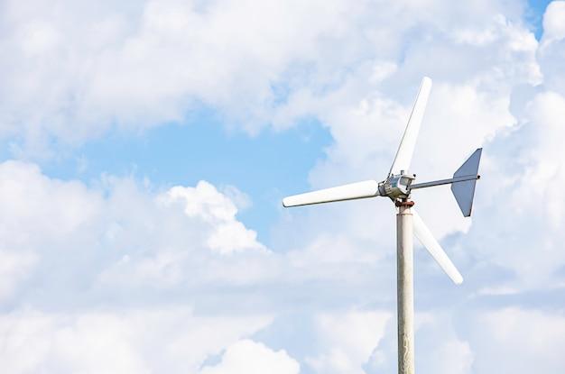Windturbines genereren elektriciteit op de wolken van de achtergrond mountain.