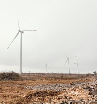 Windturbines in het veld die elektrische energie opwekken