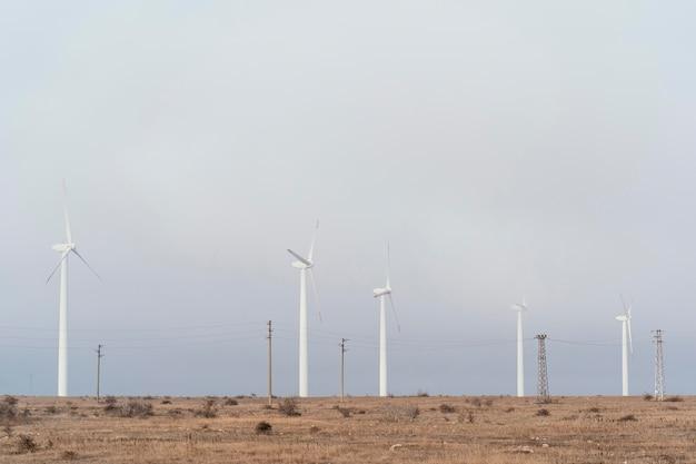 Windturbines in het veld die energie opwekken