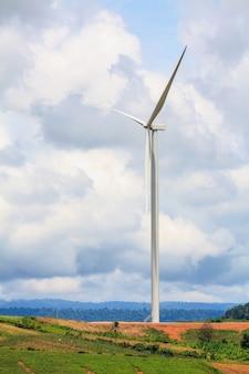 Windturbines met de wolken en de lucht, hernieuwbare energie