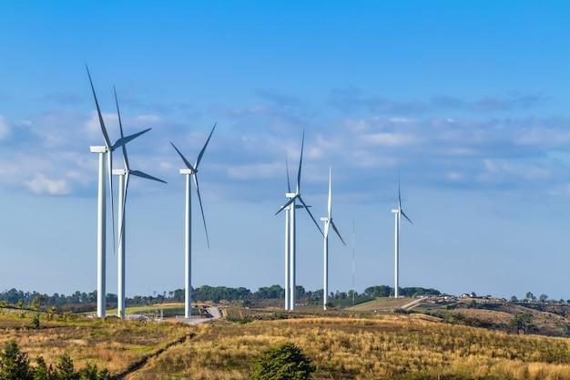Windturbines op heuvel in het khao kho-park, thailand. schone energie, eco-energie, groene energie.