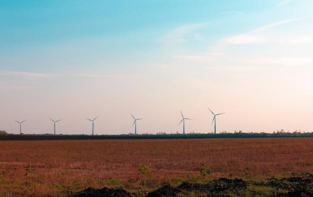 Windturbines voor de opwekking van elektriciteit uit wind in een veld in het zuiden van rusland