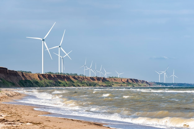 Windwielen op zeekust tegen de hemel Premium Foto