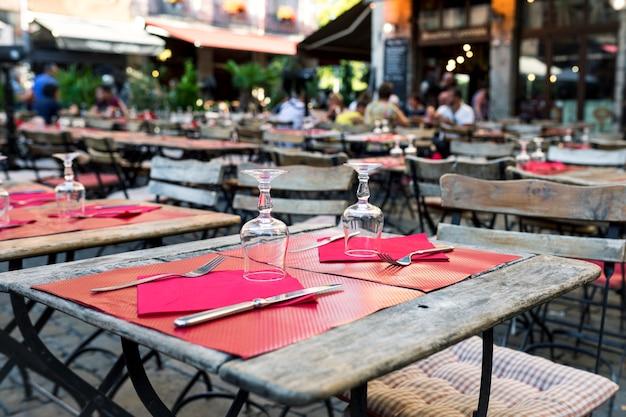 Wingalsses op een salontafel buiten in lyon