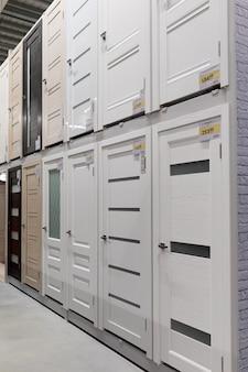 Winkel met een grote keuze aan deuren naar het huis voor elk verzoek.