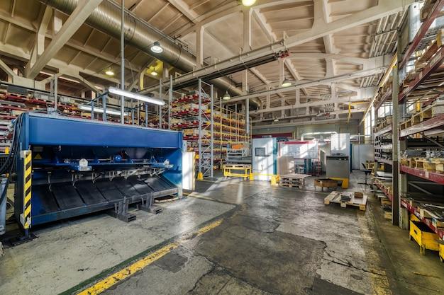 Winkel voor de productie van metalen profielen. uitzicht vanaf het hoogste punt. industrieel interieur.