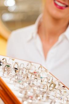 Winkelbediende bij de juwelier
