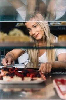 Winkelbediende neemt gebak