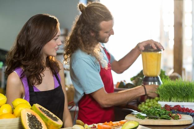 Winkelbediende voorbereiding van sap bij gezondheid kruidenier