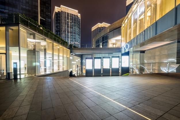Winkelcomplex de bouw bij nacht, de financiële stad van chongqing, china