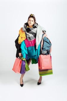 Winkelen als een probleem. vrouw verslaafd aan verkoop. overproductie en gekke vraag.