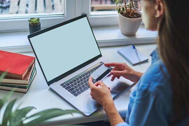 Winkelen en online betalen voor aankopen met een laptop en creditcard. e-commerce.
