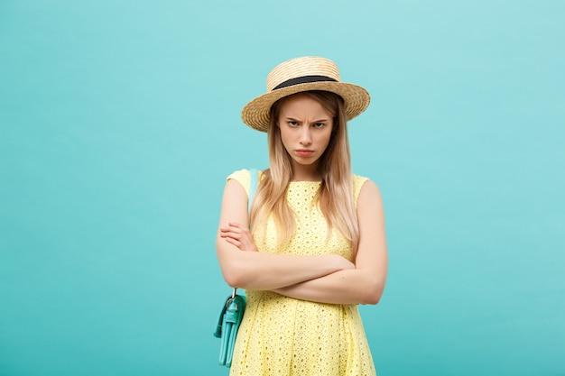 Winkelen en verkoop concept: mooie ongelukkige jonge vrouw in gele elegante jurk met boodschappentas.