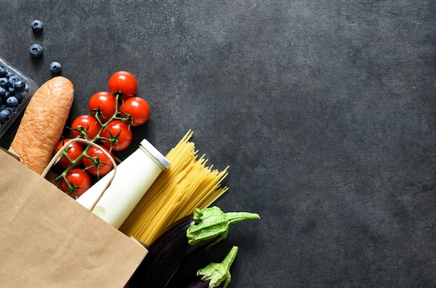 Winkelen in een papieren zak: groenten, melk, bessen, noten. voedsellevering. reclame.