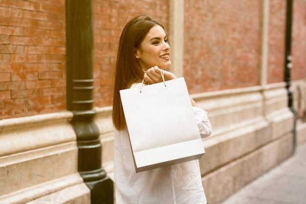 Winkelen meisje draagtassen